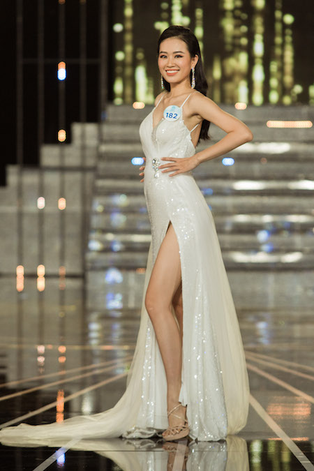 Váy xẻ đùi được nhiều thí sinh lựa chọn nhằm tôn đôi chân dài.