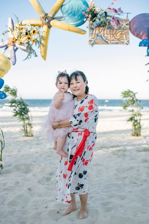 Hà Anh làm tiệc thôi nôi cho con gái bên bờ biển