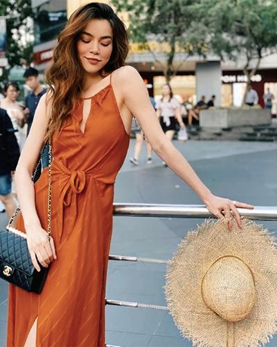 Hai tuần qua, các sao ưu ái những bộ đồ cắt xẻ thoáng mát khi thời tiết đang vào mùa nắng nóng cao điểm. Hồ Ngọc Hà chọn đầm hai dây xẻ đùi, kết hợp mũ cói rộng vành và túi Chanel.