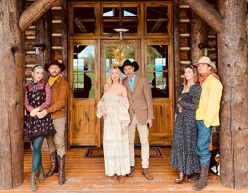 Các khách mời chụp ảnh trước căn biệt thự phong cách miền Tây, nơi diễn ra buổi tiệc.