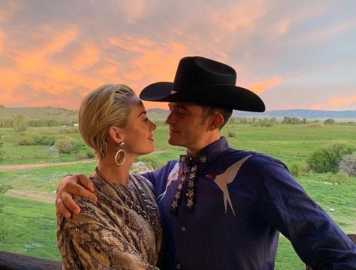 Tài tử Orlando Bloom tình tứ cùng ca sĩ Katy Perry. Cặp sao đính hôn hồi tháng 2 sau hơn ba năm hẹn hò.