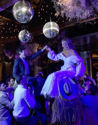 Bạn bè kiệu Karlie và Joshua trên vai để cặp đôi khiêu vũ.