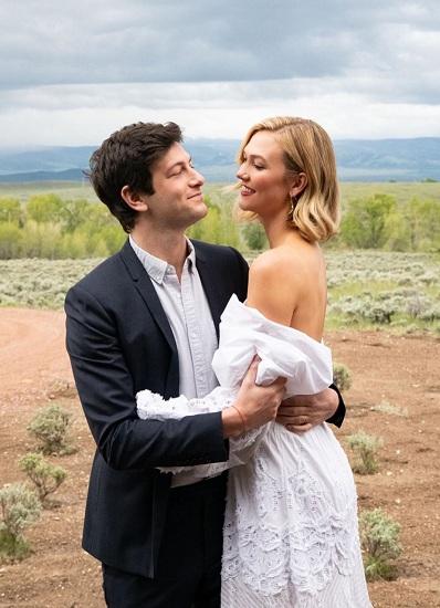 Karlie và Joshua kết hôn từ tháng 10/2018, trong một buổi tiệc đơn giản tại New York (Mỹ). Sau hơn tám tháng nên duyên vợ chồng, hai người quyết định tổ chức đám cưới lần hai để kỷ niệm ngày vui cùng bạn bè và người thân.