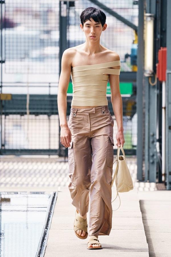 Người mẫu tuột váy, lộ ngực trên sàn diễn Paris