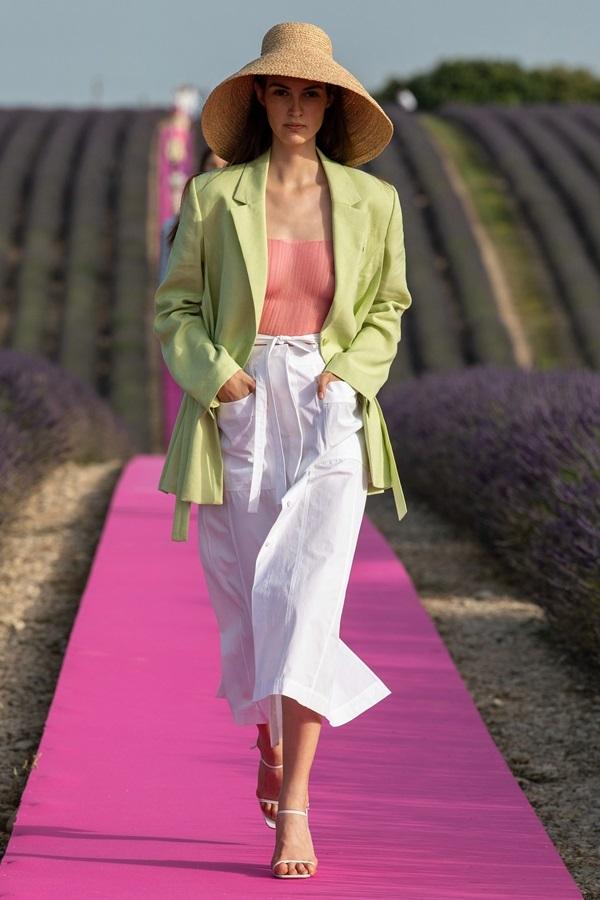 Người mẫu diễn mốt không nội y trên đồng hoa oải hương ở Pháp