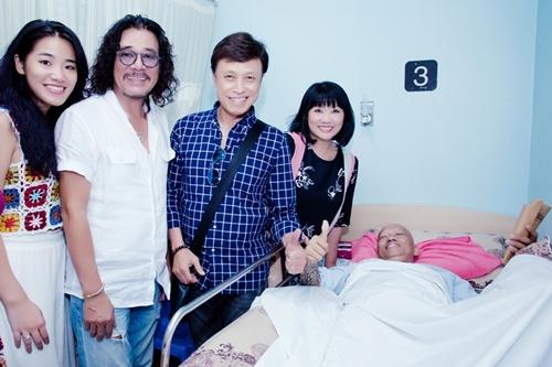 Vợ chồng Cẩm Vân cùng con gái và Tuấn Ngọc (áo carô) vào viện thăm Xuân Hiếu.