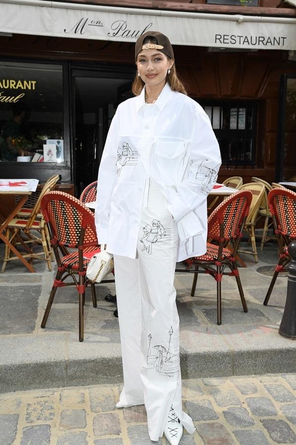 Người đẹp gốc Việt mặc đẹp với mốt hở ngực ở Tuần thời trang Paris