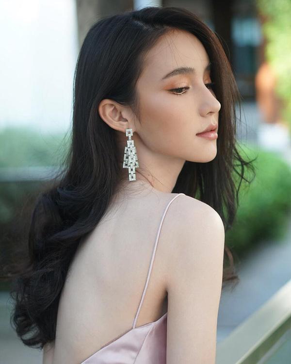 'Thiên thần chuyển giới Thái Lan' chuộng váy cắt xẻ