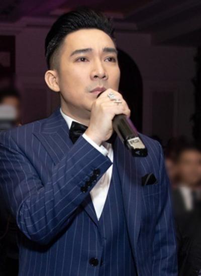 Nam ca sĩ Quang Hà tại buổi họp báo