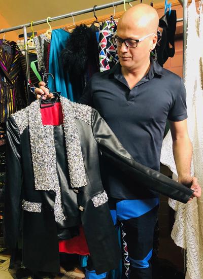 Patrick Phạm giới thiệuhiếc áo vest thiết kế trên chất liệu Lãnh Mỹ A trong bộ sưu tập Ngọc viễn đông.