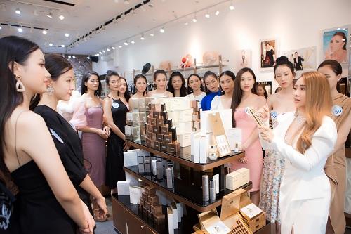 Ban tổ chức cho biết, một trong những lo lắng của các cô gái Miss World Vietnam 2019 là chăm sóc và giữ gìn vẻ tươi trẻ cho làn da khi phải thường xuyên trang điểm, tiếp xúc ánh đèn sân khấu và di chuyển liên tục dưới thời tiết mùa hè oi bức. Để giải tỏa căng thẳng của các thí sinh, ban tổ chức phối hợp cùng thương hiệu mỹ phẩm YHL, mang đến cơ hội trải nghiệm và học hỏi thêm nhiều kiến thức làm đẹp tại showroom của hãng. YHL cũng là đơn vị tài trợ mỹ phẩm của cuộc thi năm nay.