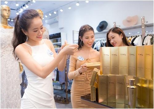 Đây là những sản phẩm được nghiên cứu và sản xuất tại các nhà máy hàng đầu trên thế giới theo tiêu chuẩn quốc tế, được kiểm định ở nước sở tại và cấp phép bởi Bộ Y tế Việt Nam. Tuy được nghiên cứu và sản xuất tại nhiều nước trên thế giới, nhưng toàn bộ mỹ phẩm YHL đều dựa trên đặc điểm làn da phụ nữ Á Đông và phù hợp với khí hậu Việt Nam. Các cô gái được trải nghiệm và học hỏi thêm nhiều kinh nghiệm về việc chăm sóc da cũng như trang điểm từ chị Hằng Lê - Cố vấn sắc đẹp của Miss World Vietnam 2019.