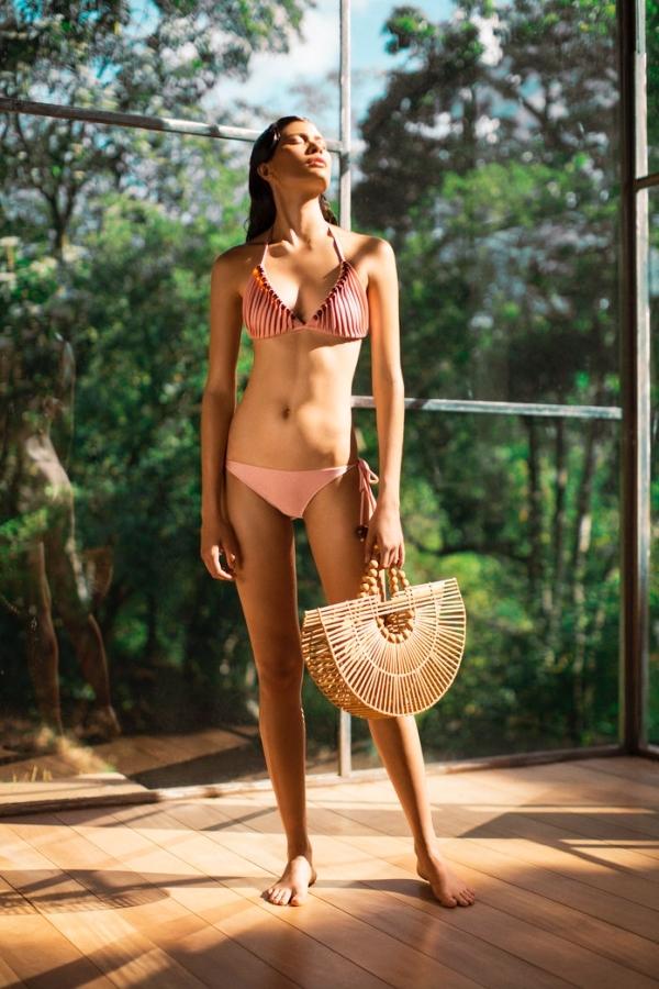 Bikini hở gần hết ngực, giá 590 USD