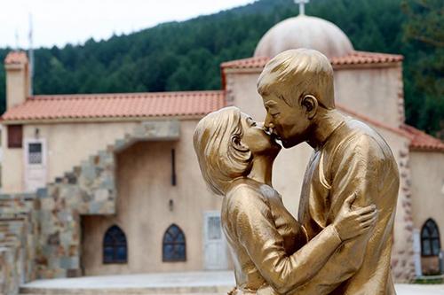 Thành phố Taebaek dựng tượng Hye Kyo - Joong Ki nhằm thu hút khách du lịch, đặc biệt là các đôi tình nhân. Ảnh: Mydaily.
