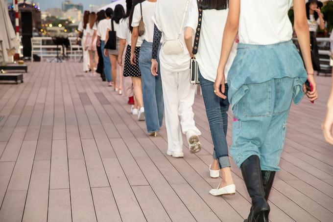 Thanh Hằng, Hoàng Yến luyện catwalk trên bến Bạch Đằng