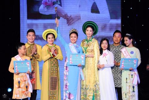 Hoa hậu Hà Kiều Anh và Trưởng Ban tổ chức - NTK Việt Hùng trao giải cho Đại sứ Áo dài Việt Nam Bảng Thiếu niên - Thiếu nhiVũ Trần Bảo Nguyên - Nữ sinh 13 tuổi đến từ trường THCS Lê Qúy Đôn - TPHCM.
