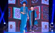 Á hậu Băng Châu lần thứ 3 catwalk cùng con trai