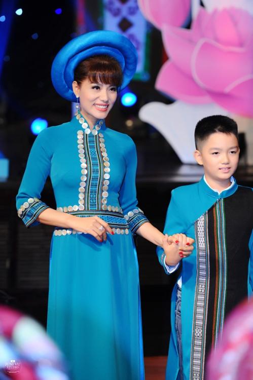 Được biết, đây là lần thứ 3 hai mẹ con Á hậu sánh bước cùng nhau trên sàn diễn. Con trai Á hậu Băng Châu tên Quốc Khang (Kenny), cậu bé khá tự tin khi cùng mẹ catwalk.