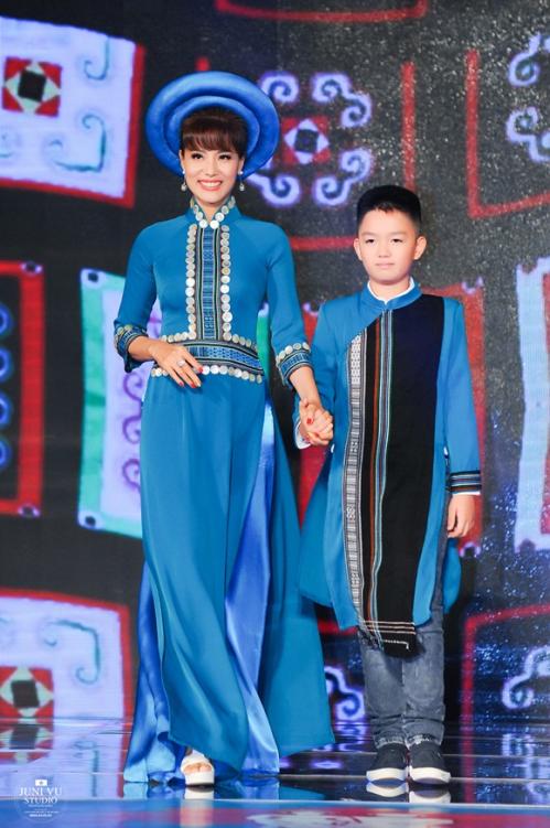 Với thiết kế mang hơi hướng người vùng bản,2 mẹ con người đẹp sải những bước đi uyển chuyển, truyền tải được linh hồn của bộ trang phục.