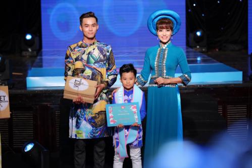 Ngoài trình diễn, Á hậu Băng Châu còn được mời lên sân khấu trao giải phong cách cho thí sinh.