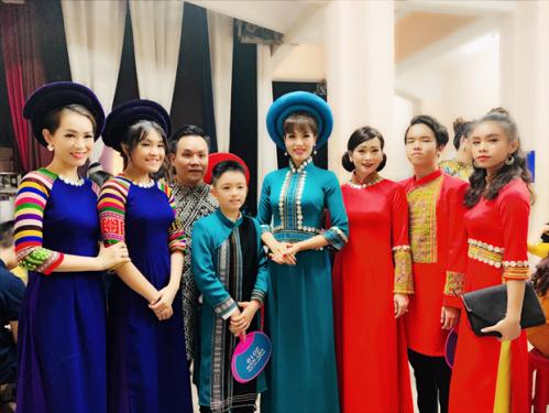 Ngoài mẹ con Á hậu Băng Châu còn có rất nhiều gia đình nghệ sĩ tham gia. (Từ trái qua: Hoa hậu Ảnh Yến Nhi và con gái, NTK Việt Hùng, Á hậu Băng Châu và con trai, Diễn viên Tuyết Thu và 2 con.)