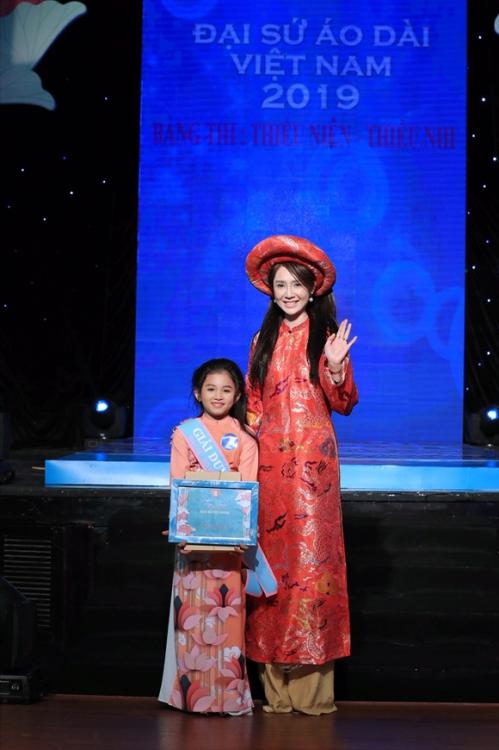 Diễn viên Helen Thanh Đào trao giải duyên dáng cho thí sinh