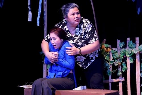 Thoại Mỹ (áo xanh) vào vai người mẹ tâm thần bên bà Tám hàng xóm (Tuyền Mập).