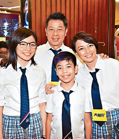 Dương Uyển Nghi (phải) bên chồng và hai con.