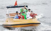 Hoàng Yến, Thanh Hằng đi thuyền đến bến Bạch Đằng để catwalk