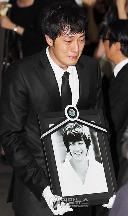So Ji Sub trong đám tang Yong Ha.