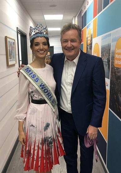 Hoa hậu Thế giới Vanessa Ponce chụp ảnh cùng người dẫn chương trình Good Morning Britain hôm 2/7. Ảnh: Miss World.