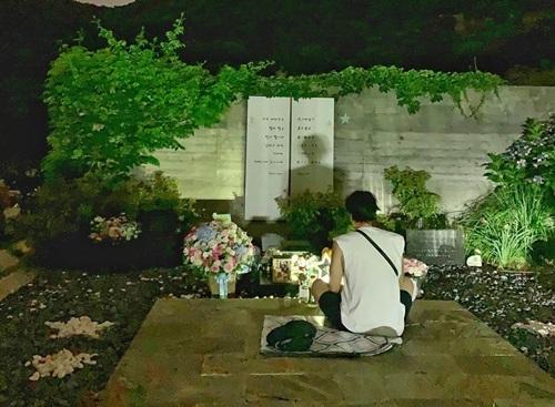 Ji Sub trò chuyện với cố nghệ sĩ nhiều giờ trong ngày giỗ thứ 9.