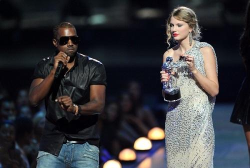 Năm 2009, Taylor Swift vướng vào vụ xích mích với Kanye West. Tại lễ trao giải MTV Video Music Awards cùng năm, rapper người Mxy lên sân khấu giật mic của Taylor khi cô nhận giải Video của nghệ sĩ nữ xuất sắc. Anh nói ca sĩ Beyonce xứng đáng nhận danh hiệu này.Năm 2016, Kanye nhắc lại scandal với Taylor trong ca khúc Famous. Anh viết trong sangs tác rằng mình là người đã khiến Taylor nổi tiếng. Trong MV ca khúc, nam ca sĩ thuê diễn viên trông giống Taylor khỏa thân nằm cạnh anh. Kanye cũng dùng nhiều từ tục tĩu để nói về ca sĩ trong bài hát.
