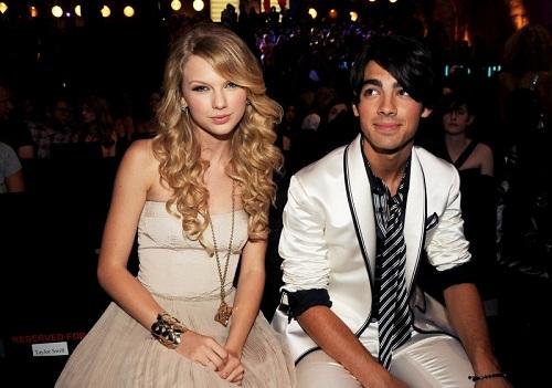 Tháng 11/2008, Taylor Swift nói bị Joe Jonas chia tay bằng một cuộc điện thoại dài 27 giây. Nam ca sĩ phản pháo rằng Taylor cố tình đóng vai nạn nhân và bôi xấu anh. Joe cho biết Taylor là người dập máy trước.