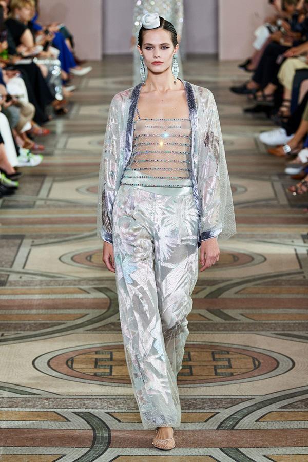 Nhiều người mẫu hở ngực ở show của 'tỷ phú thời trang' Armani