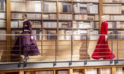 Chanel dựng thư viện sách làm sàn catwalk