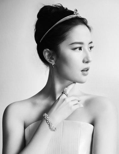 Hôm 2/7, một hãng trang sứcxa xỉ cũng công bố Lưu Diệc Phi là đại sứ thương hiệu. Bên cạnh sự trang nhã, cô được ưu ái nhờ ít scandal, tính cách không tranh giành, không vội vàng hấp tấp, kiên trì, lặng lẽ hoàn thànhbổn phận.