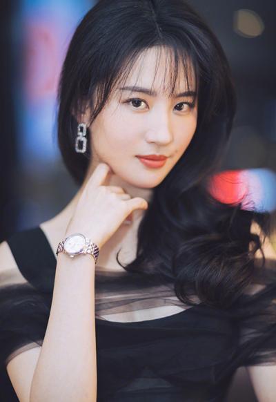 Ở tuổi 32, Lưu Diệc Phi hiếm xuất hiện ở sự kiện, chuyên tâm đóng phim. Người đẹp đang được fan kỳ vọng với phim điện ảnh Hoa Mộc Lan và phim truyền hình Nam Yên Trai bút lục.