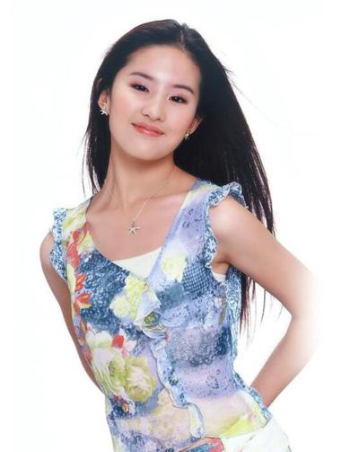 Nữ diễn viên khi 15 tuổi. Cô nổi tiếng khắp châu Á từ thời niên thiếu nhờ các phim Thần điêu đại hiệp, Thiên Long Bát Bộ, Kim phấn thế gia.