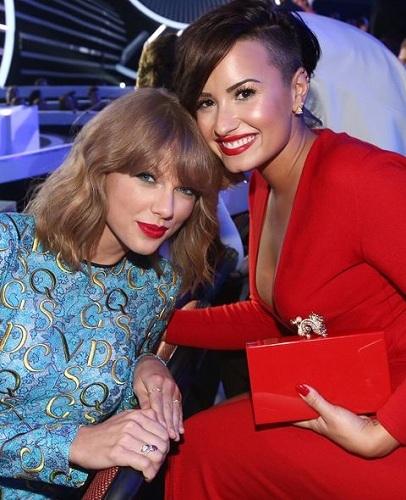 Demi Lovato từng nhiều lần chỉ trích Taylor Swift. Cô gọi Taylor là người theo nữ quyền một cách giả tạo khi làm MV để công kích Katy Perry. Demi cũng lên án việc Taylor chọn dành người mẫu gầy trong MV Bad Blood cổ xúy phái nữ theo đuổi những tiêu chuẩn ngoại hình phi thực tế.