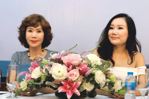 Vợ và con gái Nguyễn Trọng Trúc trong buổi ra mắt sách.