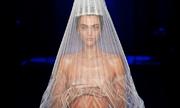 Người mẫu lấy tay che ngực trần khi catwalk show Jean Paul Gaultier