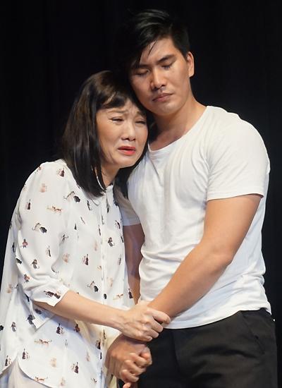 Mỹ Uyên trong vai Lúa và Hoàng Ngọc Sinh vai Phèn ở vở Tiền là số 1 (đạo diễn Công Danh). Ảnh: Thanh Hiệp.