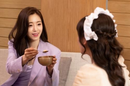 Thành viên T-ara đút cho Hari Won ăn.