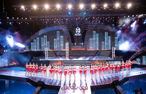 Sân khấu đêm Chung khảo phía Bắc được biến hóa theo từng phần trình diễn của các thí sinh và nghệ sĩ.