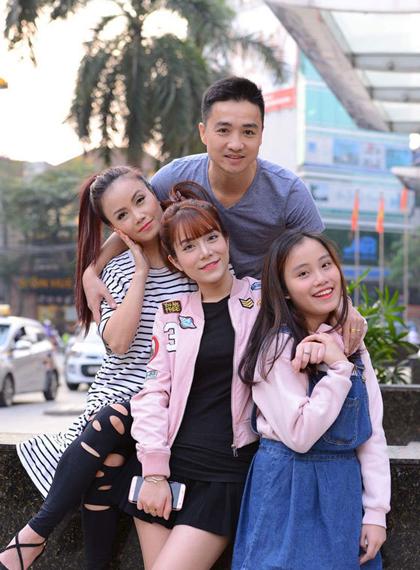 Anh Thắng Cao bên vợ và hai con riêng của Hoàng Yến.