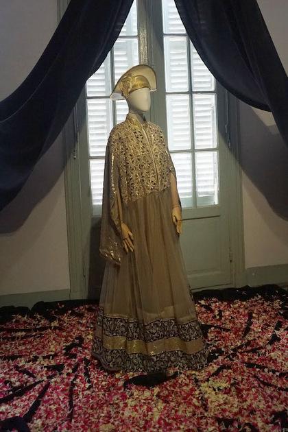 Một mẫu váy được sắp đặttrong triển lãm.