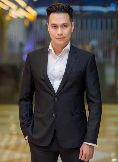 Việt Anh thường chọn phong cách ăn mặc lịch lãm với vesthoặc áo sơ mi body, quần tây.