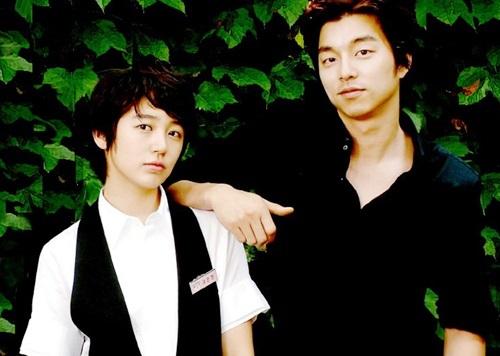 Tiệm cà phê hoàng tử (Coffee Prince) xoay quanh câu chuyện tình hài hước giữa nàng tomboy Eun Chan (Yoon Eun Hye đóng) và ông chủ tiệm cà phê nóng tính - Han Kyul (Gong Yoo). Han Kyul thuê Eun Chan làm người yêu để mẹ tưởng anh là gay, không ép đi xem mặt nữa. Dần dần, cả hai cảm mến nhau.Sau 11 năm, Gong Yoo trở thành ngôi sao hàng đầu, còn sự nghiệp của Yoon Eun Hye tụt dốc vì scandal nói dối và đạo nhái thiết kế.