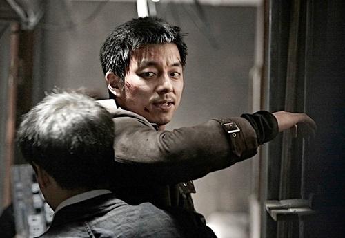 The Suspect (Đặc vụ báo thù hoặc Truy lùng)xoay quanh cuộc đời Ji Dong Chul - cựu đặc vụ Bắc Hàn bị quốc gia ruồng bỏ, vợ con bị đồng nghiệp của mình - kẻ phản bội đầu hàng Nam Hàn hãm hại. Trong cuộc hành trình tìm kiếm kẻ thù, Dong-Chul ẩn mình dưới lốt tài xế cho chủ tịch Park. Đột nhiên chủ tịch Park bị ám sát, trước khi chết ông kịp gửi lại Dong-chul cặp kính mắt của mình. Dong-chul bị kết tội ám sát ông chủ, một lần nữa chạy trốn và bảo vệ bí mật có ảnh hưởng đến an ninh quốc gia bên trong cặp kính.